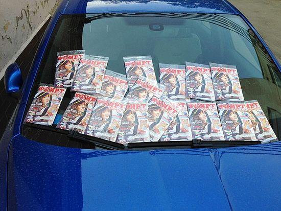 Журнал «Флирт» на лобовом стекле автомобиля