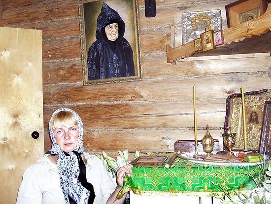 Ольга Рожнева у портрета схимонахини Сепфоры.