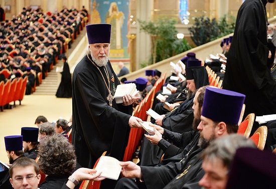 Раздача текстов доклада Святейшего Патриарха