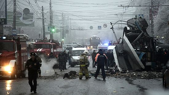 Members of the emergency services work at the site of a bomb blast on a trolleybus in Volgograd December 30, 2013. Photo: Reuters / Sergei Karpov