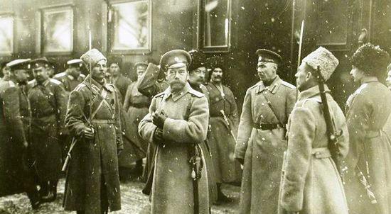 Император Николай II (в центре)у своего вагона по прибытии на станцию. 30 января 1916. Фото: ЦГАКФФД
