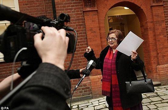 Надя Эвейда выходит из здания суда - ей разрешили быть христианкой на работе