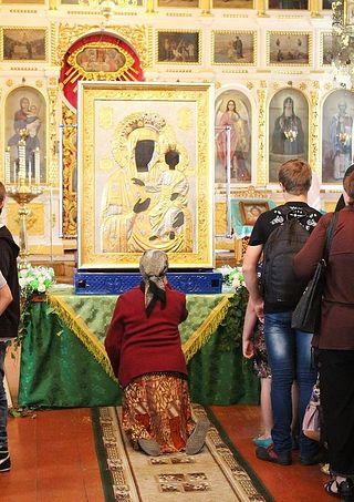 Бабушка на коленях перез Моздокской иконой Божией Матери. Нальчик