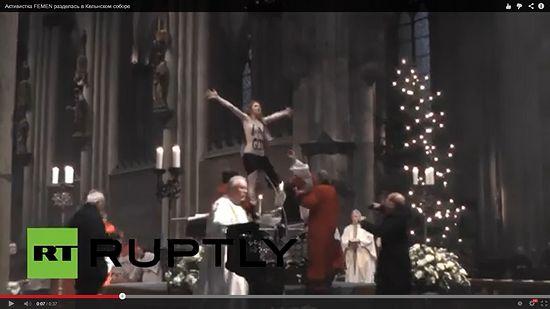 Кельнский собор, рождественская месса, активистка Femen запрыгнула на престол