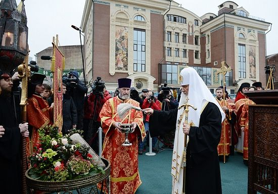 Освящение закладного камня. Фото: С. Власов / Патриархия.Ru