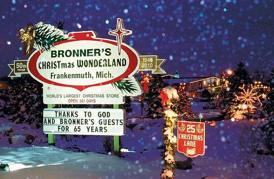 Плакат на въезде: Рождественская страна чудес Броннера. Франкенмут, Мичиган. Самый большой в мире Рождественский магазин, открыт 361 день. Благодаря Богу и гостям Броннера уже 65 лет.