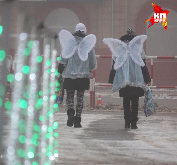 Девочки в костюмах ангелов раздавали сладкие подарки от губернатора