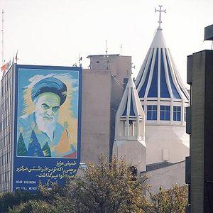 Католическая церковь в Тегеране, рядом портрет аятоллы Хоменеи
