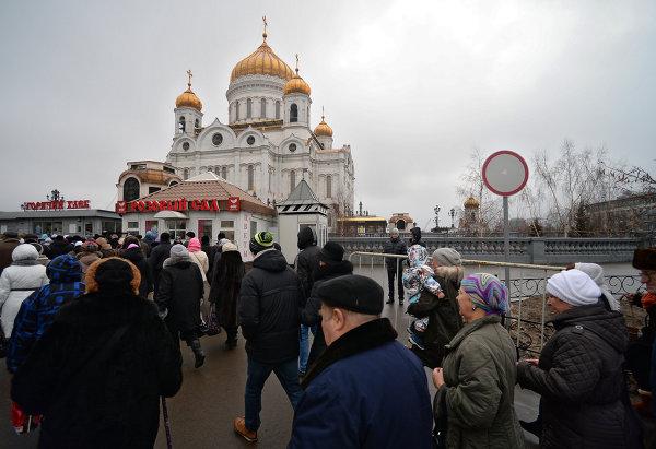 Верующие у Храма Христа Спасителя, где находятся Дары волхвов. © РИА Новости. Максим Блинов