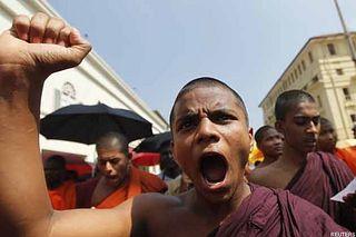 Буддисты напали на храм