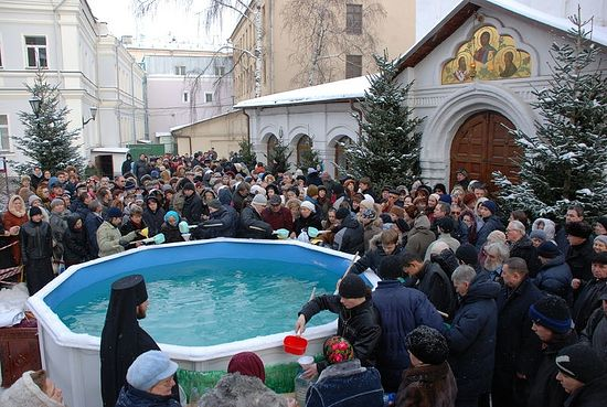 Giving Theophany water to the faithful. Photo: Anton Pospelov/Pravoslavie.ru