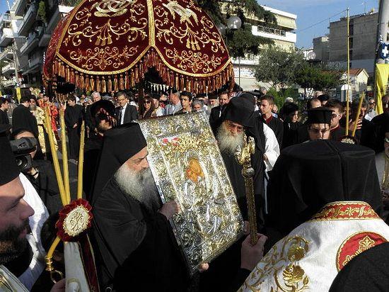 Отец Никодим со списком иконы «Достойно есть» (на фото справа)