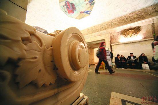 Скамейка из храма Христа Спасителя на станции метро «Новокузнецкая». Фото: Владимир Ештокин / Фома