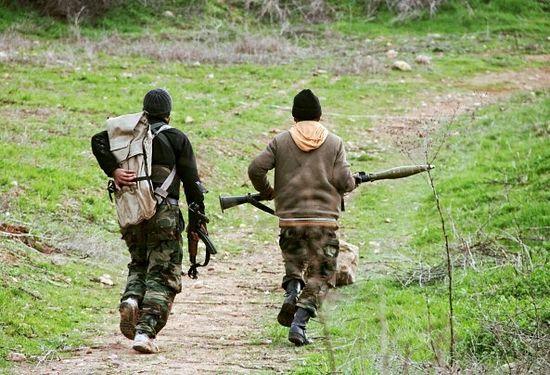 Ghaith Omran/AFP/Getty Images - Боевики готовятся к бою к северу от Хамы.