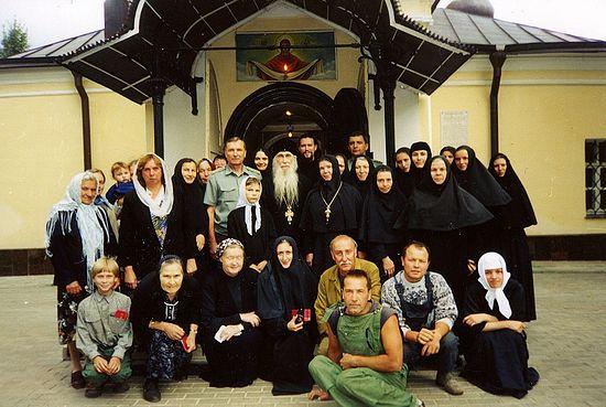 Сестры Пюхтицкого подворья с архим. Кириллом (Павловым)