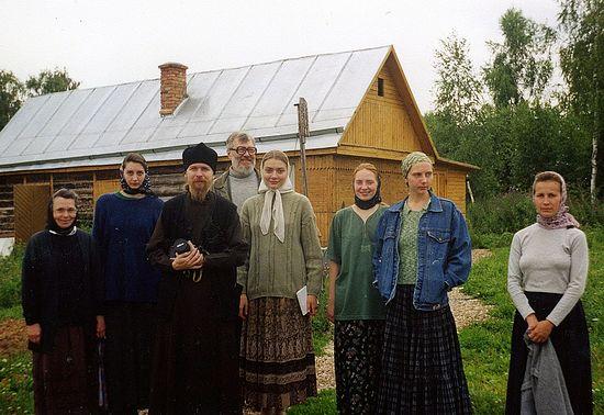 Ступино. 1998 г. Раиса Сергеевна Горбунова в темном платке крайняя слева