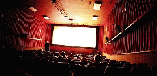 Видео щупают в кинотеатре фото 694-366