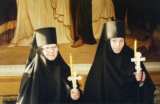 После пострига в Пюхтицком монастыре. 14 марта 2003 г. (монахиня Амвросия справа)