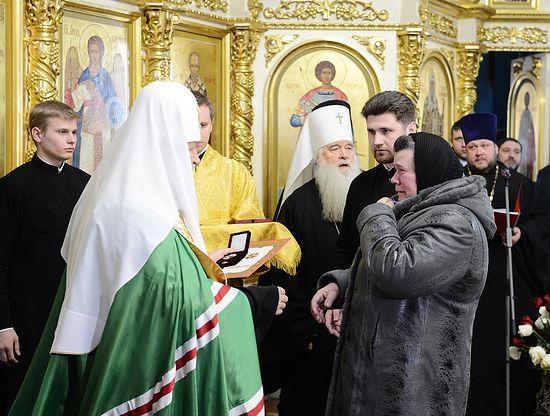 Патриарх вручил орден Святого князя Дмитрия Донского матери Дмитрия Маковкина, погибшего при попытке предотвратить теракт
