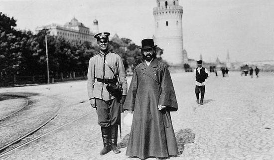 Московские полицеский и священник. Фото 1909 г.