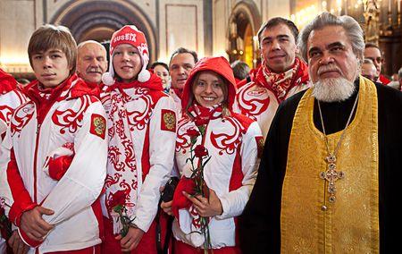 Протоиерей Николай Соколов с членами олимпийской сборной, собирающейся отправляться в Ванкувер