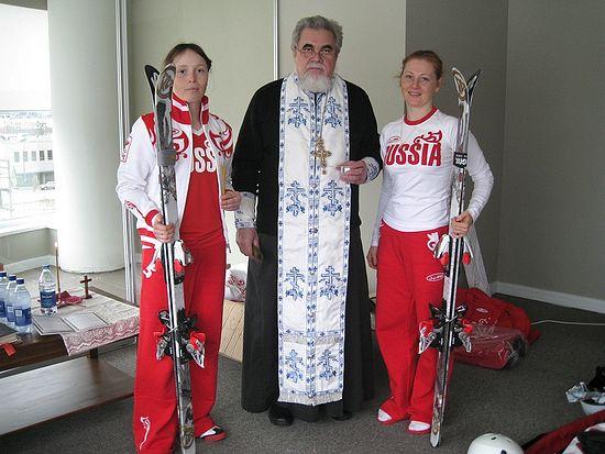 Протоиерей Николай Соколов с членами олимпийской сборной. Сочи. 7 февраля 2014 г.