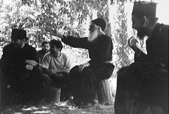 Старец Паисий с паломниками на Святой горе Афон