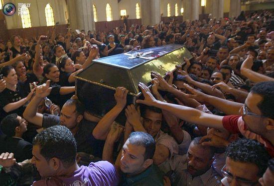 Похороны одного из погибших во время протестов коптов-христиан, 10 октября 2011. REUTERS/Amr Abdallah Dalsh