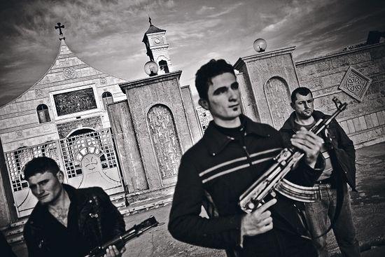 За веру с автоматом Калашникова: все девять христианских храмов в Каракоше находятся под охраной вооруженных ополченцев. 98 процентов жителей этого города на севере Ирака - христиане