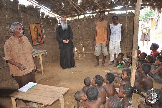 Митрополит Игнатий с юными православными мадагаскарцами