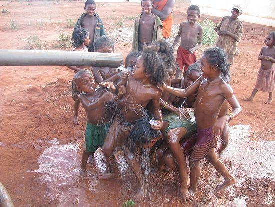 Дети радуются воде