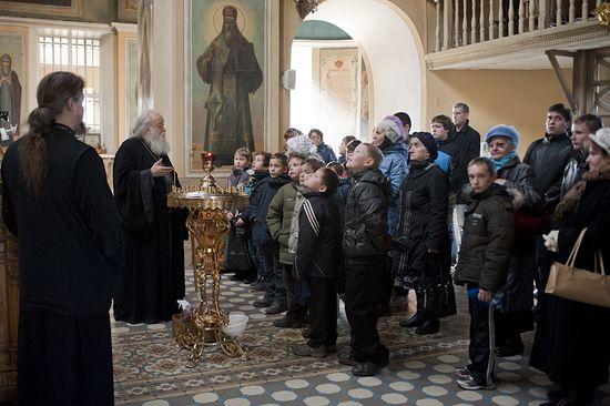 Протоиерей Валериан Кречетов с детьми в Покровском храме с. Акулово