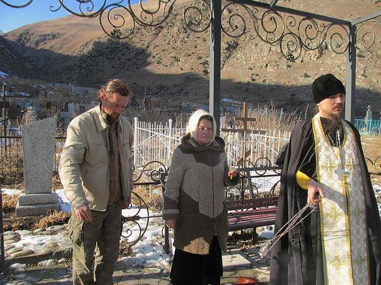 Панихида на могиле убиенного иерея Игоря Розина. Слева - Александр Волощук