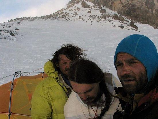 2011 год, Восточная вершина Эльбруса. Здесь Александр (на фото - слева) впервые причастился Святых Христовых Тайн