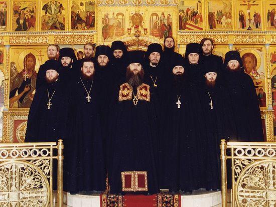 Братия подворья Троице-Сергиевой лавры во главе с архимандритом Лонгином