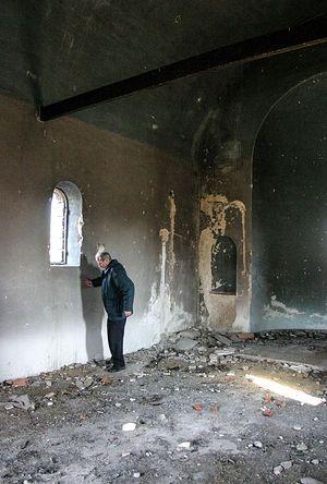 Вукое Маркович внутри оскверненного храма Святой Троицы. Фото: Н. Батраева / Православие.Ru