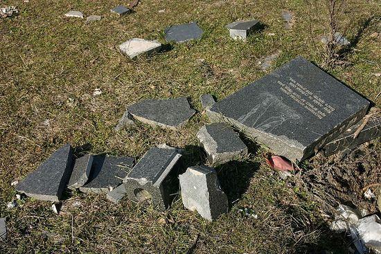 Разбитые могильные плиты на сербском кладбище. Фото: Н. Батраева / Православие.Ru