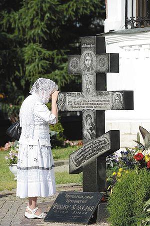 У могилы протоиерея Фёдора Соколова возле храма в Тушино