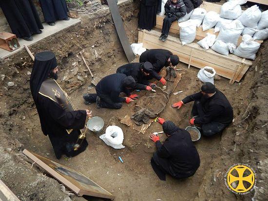Открытие могилы
