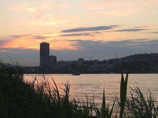 Вид на Волгу и вечерний Саратов с острова Покровские пески