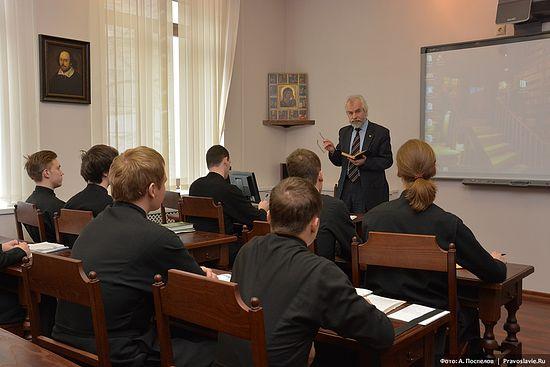 Профессор Александр Николаевич Ужанков проводит занятия. Фото: А.Поспелов / Православие.Ru