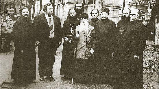 Митрополит Зиновий (Мажуга). За ним справа отец Вячеслав Величко