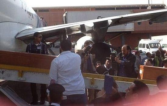 Самолет доставил тела погибших в аэропорт Каира