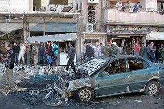 Сирийцы осматривают место взрыва заминированного автомобиля. Хомс, октябрь 2013 г. САНА / AFP