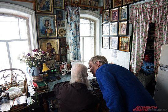 На стенах повсюду развешаны иконы в рамках, большинство из которых Кукша смастерил сам. Фото: АиФ