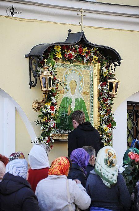 У иконы блаженной Матроны Московской в Покровском монастыре
