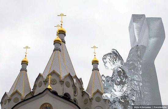 Ледяная скульптура у храма Новомучеников и Исповедников Российских в Бутове. Фото: Н.Батраева / Православие.Ru
