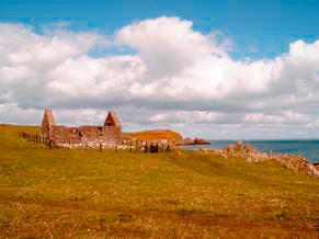 Часовня святого Ниниана в бухте на острове Уитхорн XIV в. В нынешнее время восстановлена и обнаружены фундаменты XII в. - служила пристанищем для морских паломников притекавших к мощам святого Ниниана