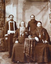 Николай Кутлинский (стоит слева) и отец Ксенофонт Крюков (сидит справа). Фотография начала XX века