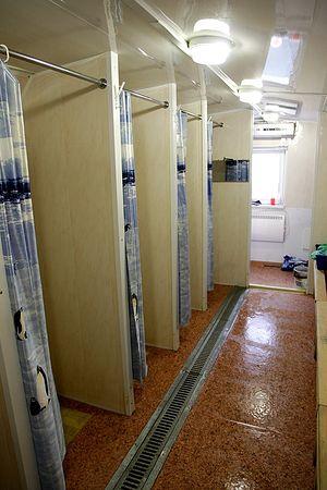 Мобильные душевые. Здесь бездомные принимают душ и моют голову. В теплые месяцы мобильные душевые продолжат свою работу